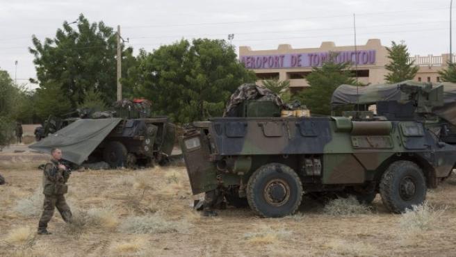 Soldados franceses con sus tanques de guerra cerca al aeropuerto de Timbuktu (Mali).