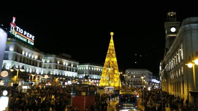 Árbol de Navidad iluminado en la Puerta del Sol, tras el tradicional encendido del alumbrado en Madrid.