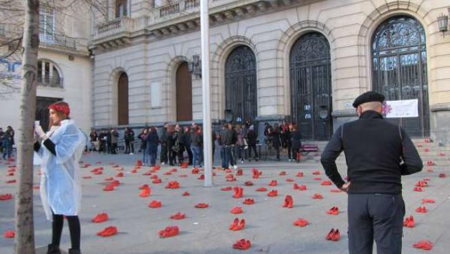 Zapatos rojos contra la violencia de género.