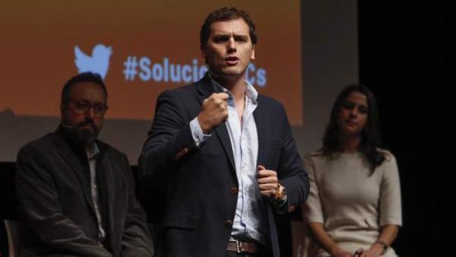 El lider de Ciudadanos (C's) y candidato a la presidencia del Gobierno, Albert Rivera, durante su intervención en el acto de presentación del programa electoral del partido para las elecciones generales del 20 de diciembre, celebrado en el Teatro Apolo de Barcelona.