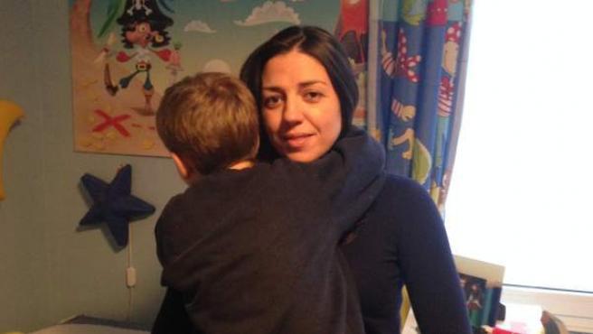 Dámaris Palacios sostiene en brazos a su hijo Paco, que padece espina bífida.