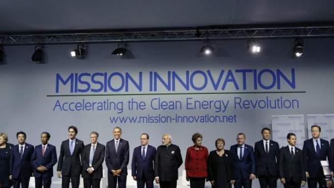 El presidente estadounidense, Barack Obama (8-i), el presidente de Francia, François Hollande (c), el primer ministro de la India, Narendra Modi (8-d), el confudador de Microsoft, Bill Gates (7-i), y varios líderes mundiales asisten a la cumbre del clima de París.
