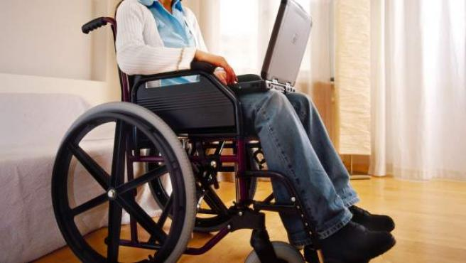 <p>Una persona con discapacidad trabaja con su ordenador portátil.</p>