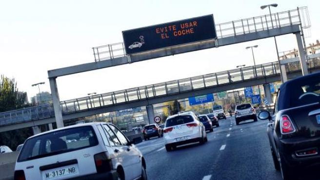 El Ayuntamiento de Madrid ha activado este jueves por primera vez el protocolo contra la alta polución en la capital. Una de las medidas con más impacto es la de la limitación de la velocidad en la M-30 y en las carreteras de acceso a la capital (dentro de la M-40) a 70 km/h.