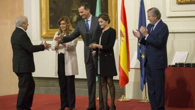 """Los Reyes de España, acompañados por la presidenta andaluza, Susana Díaz (2i), y por el ministro de Educación, Cultura y Deporte, Íñigo Méndez de Vigo(d), saludan a Manuel Benítez """"El Cordobés"""" en el acto de entrega de las Medallas de Oro al Mérito en las Bellas Artes 2014."""