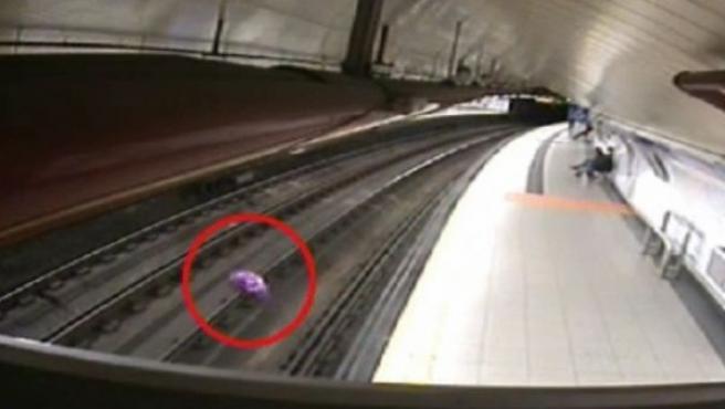 Una incidencia en las instalaciones de la Línea 2 del Metro de Madrid provocó la suspensión del servicio entre las estaciones de Banco de España y Santo Domingo. Fuentes del suburbano han informado después de que el globo de un niño, metalizado y lleno de helio, ha sido el causante.