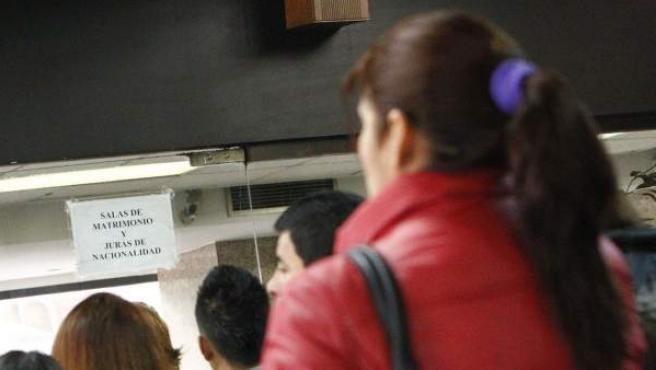 Un grupo de personas hace cola en el registro civil de Madrid para entrar a jurar la nacionalidad española.