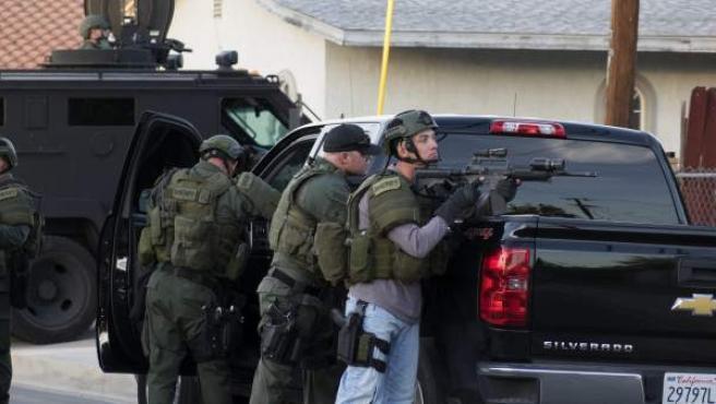 Oficiales de la policía buscan a los sospechosos cerca a la escena del tiroteo del miércoles 2 de diciembre de 2015 en el Centro Regional Inland en San Bernardino (California, USA).