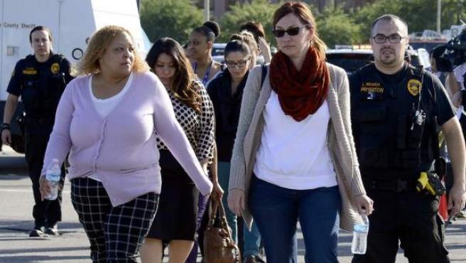 Agentes de Policía acompañan a varias personas evacuadas de la escena del tiroteo en un centro de discapacitados de San Bernardino (California).
