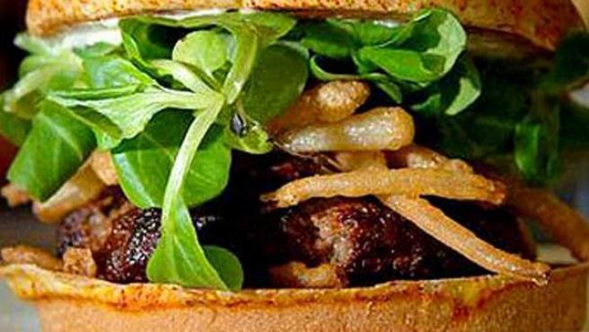 Imagen de una hamburguesa. Las grasas y las proteínas tienen una presencia muy alta en la dieta de los españoles.