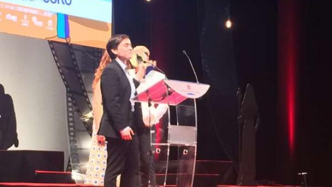 El almeriense Ian Garrido, recibiendo el premio del cortometraje 'Víctor XX'