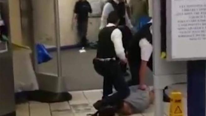 Momento en el que un sospechoso es detenido tras atacar a tres pesonas con un cuchillo en el Metro de Londres.