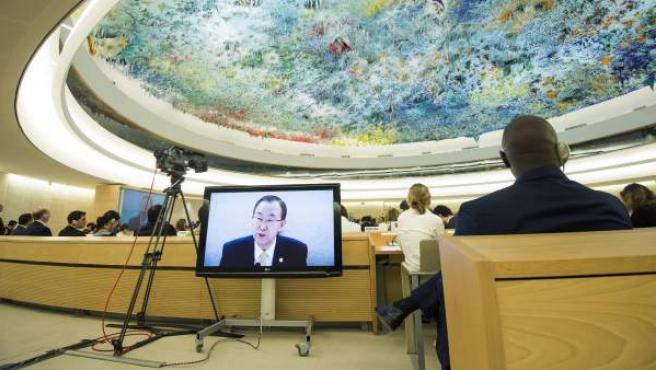 El secretario general de la ONU, Ban Ki-moon, en una pantalla de televisión, en la sesión inaugural de la reunión del Consejo Económico y Social de la ONU (ECOSOC) en la sede de Naciones Unidas en Ginebra, Suiza.