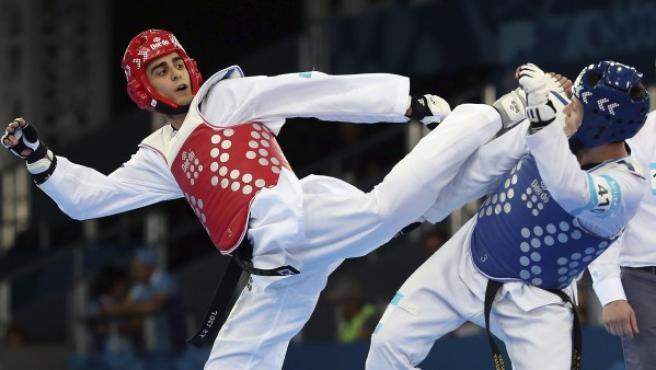 El español Joel González (rojo) durante uno de sus combates de taekwondo masculino de hasta 68 kilos.
