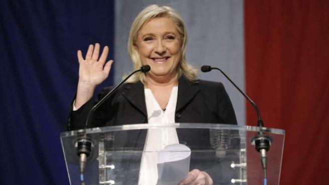 La líder del Frente Nacional, Marine Le Pen, saluda sonriente tras conocerse los resultados de la primera vuelta de las elecciones regionales francesas, que le dan una victoria histórica a su partido.