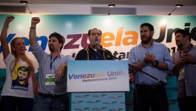 El candidato a diputado por la coalición opositora Mesa de Unidad Democrática (MUD) Julio Borges (c) da declaraciones a la prensa en la ciudad de Caracas (Venezuela).