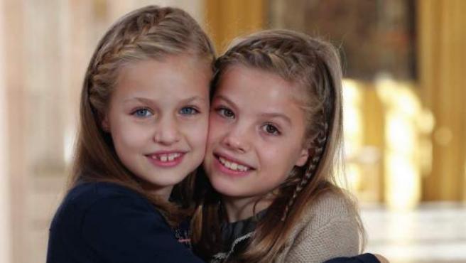 La princesa Leonor y la infanta Sofía en la felicitación navideña de 2015 de la familia real.