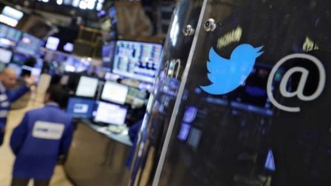 Un logo de Twitter adorna una cabina telefónica de la Bolsa de Nueva York.