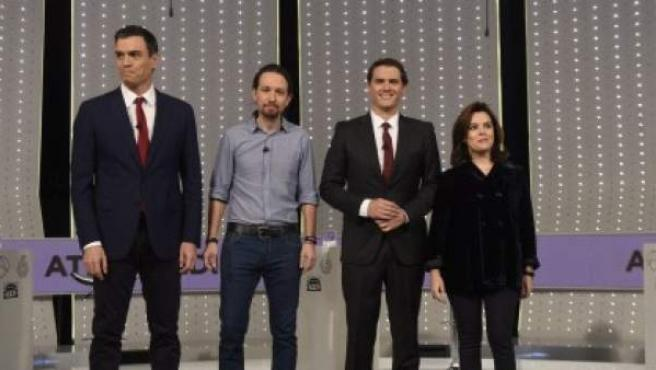 Los participantes en el debate a cuatro posan en el plató.