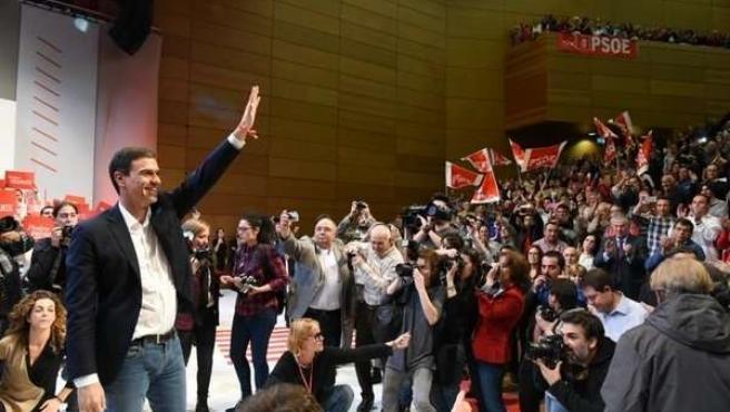 Pedro Sánchez saluda a los militantes y simpatizantes en un mitin en Toledo