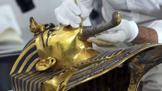 Imagen de la máscara de oro del faraón Tutankamón durante el proceso de restauración iniciado en el Museo Egipcio de El Cairo (Egipto) para solucionar el daño causado recientemente por un arreglo poco profesional para pegar su 'perilla'.