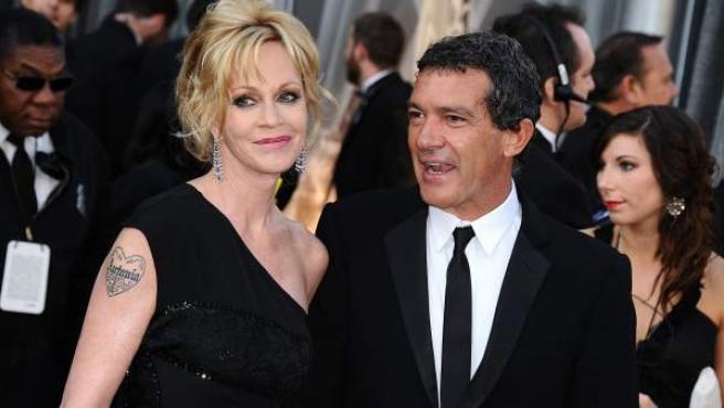 El actor español Antonio Banderas y su pareja, la actriz estadounidense Melanie Griffith, en la alfombra roja de los Premios Oscar.