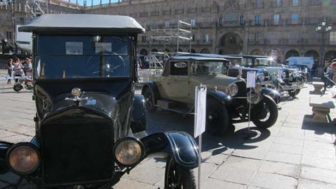 Vehículos clásicos en la Plaza Mayor de Salamanca