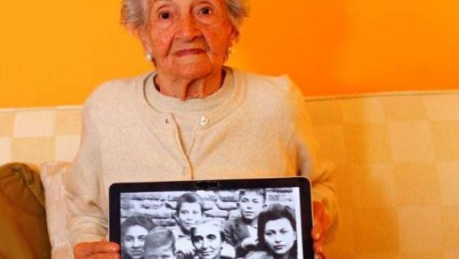 Ascensión Mendieta muestra una foto en la que aparece ella, la muchacha de la derecha de la imagen, junto a casi todos sus hermanos y su madre María, ya viuda, tras el fusilamiento de Timoteo.