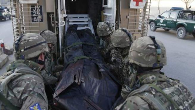 Efectivos del Ejército trasladan el cuerpo de una de las víctimas del atentado de Kabul junto a la embajada española.