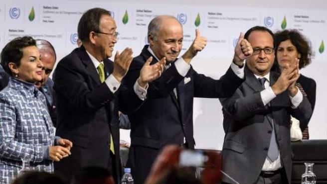 Francois Hollande (2-dcha), junto a la entonces Secretaria Ejecutiva de la UNFCCC Christiana Figueres (izda), el presidente de la Cumbre del Clima, Laurent Fabius (c) y Ban Ki-moon (2-izda), tras el acuerdo alcanzado este 12 de diciembre.
