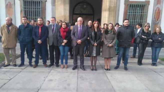Antonio Ruiz (centro) condena el atentado contra la embajada española