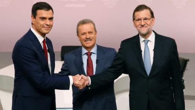 El presidente del Ejecutivo, Mariano Rajoy (d), y el líder del PSOE, Pedro Sánchez (i), al comienzo del cara a cara.