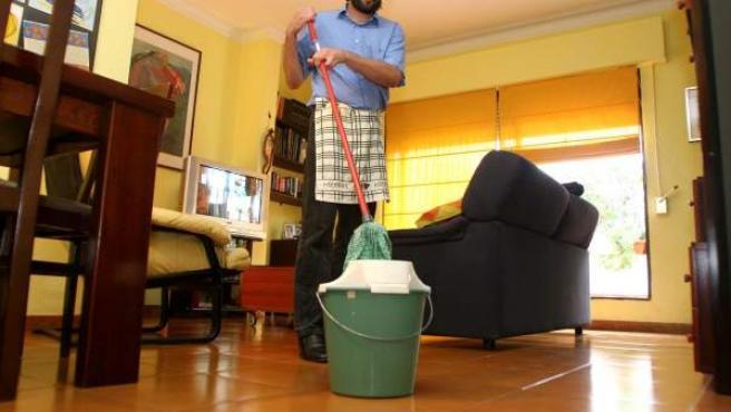 Un hombre realizando tareas del limpieza del hogar.