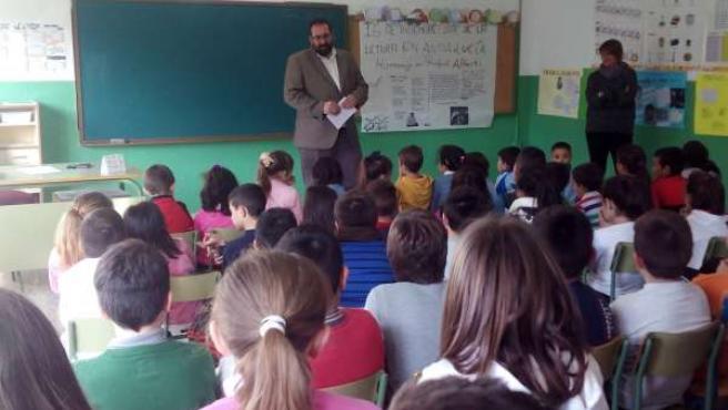 El delegado de Educación durante la lectura en el colegio granadino.