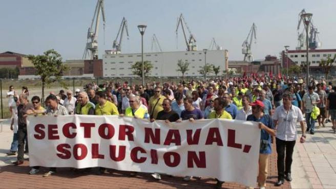 Trabajadores de los astilleros vizcaínos, durante la marcha desde Sestao hasta Santurtzi para defender la industria naval y que la UE no obligue a devolver las ayudas fiscales.