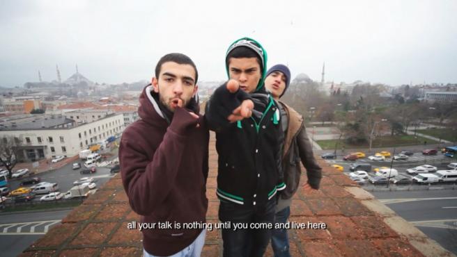 'Toda tu palabrería no significa nada si no vienes y vives aquí', dicen los tres jóvenes de Estambul en el vídeo 'Wonderland' de Alil Altindere