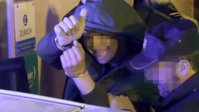 El joven acusado de agredir al presidente del Gobierno, Mariano Rajoy, durante un paseo electoral, tras ser detenido esta tarde en Pontevedra.