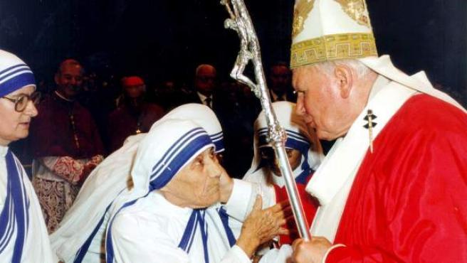 Fotografía tomada el 27 de junio de 1997 del encuentro mantenido por el papa Juan Pablo II y la Madre Teresa de Calcuta en la Ciudad del Vaticano.