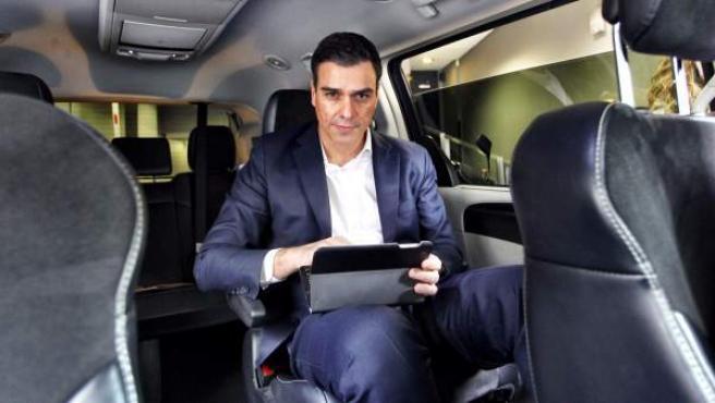 El líder socialista, Pedro Sánchez, en su furgoneta de campaña.
