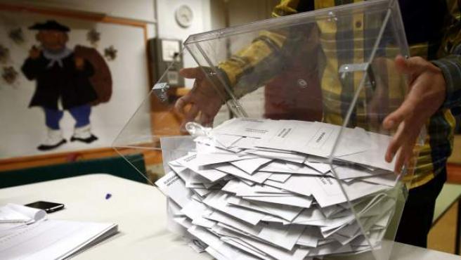 El presidente de una mesa electoral deposita los votos de la urna sobre una mesa para proceder a su recuento en Pamplona. Un total de 502.521 personas pueden ejercer su derecho al voto en Navarra en las elecciones generales, para las que se han habilitado 959 mesas. Los navarros eligen hoy a los cinco diputados y cuatro senadores.