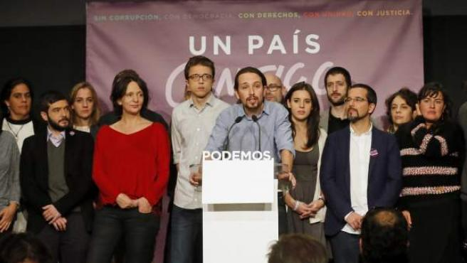 Pablo Iglesias, candidato de Podemos a la Presidencia del Gobierno, durante su comparecencia para valorar los resultados electorales, junto a Iñigo Errejón, secretario de Política, y Carolina Bescansa, secretaria de Análisis Político.