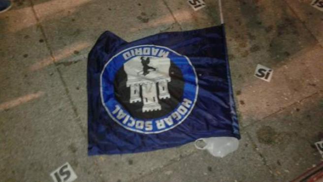Una de las banderas que han portado los miembros del grupo neonazi Hogar Social Madrid en el acto de Podemos.