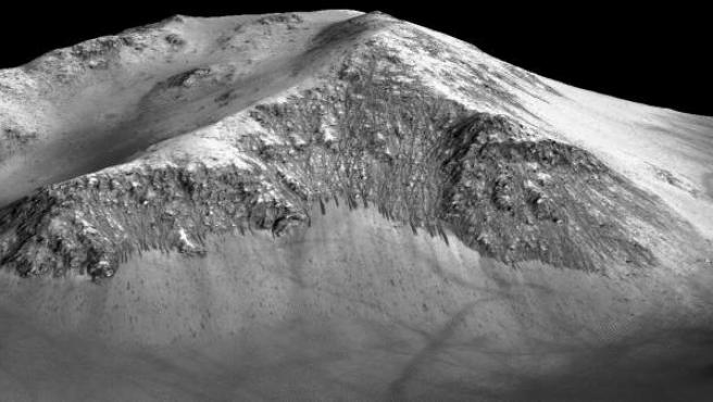 Imagen que muestra los surcos (gris más oscuro) dejados por el agua corriente en el Cráter Horowitch, en Marte.
