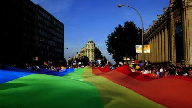 En la imagen una bandera LGTBI gigante durante el Orgullo Gay de Barcelona.