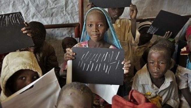 Niños en una escuela recién construída en el campamento de refugiados Assaga, en el sudeste de Níger.