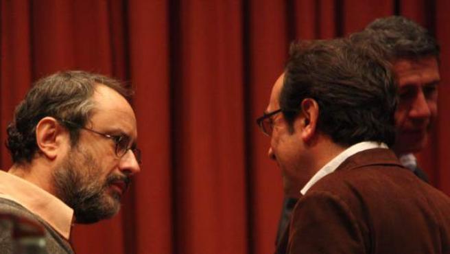 Antonio Baños habla con Josep Rull en el Parlament este martes.
