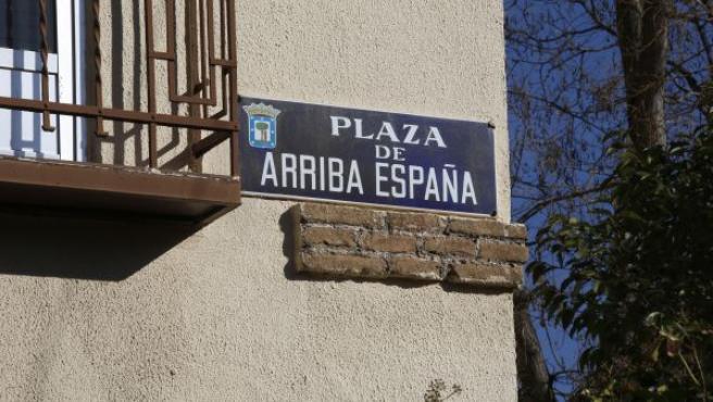 Placa identificativa de la plaza Arriba España de Madrid.
