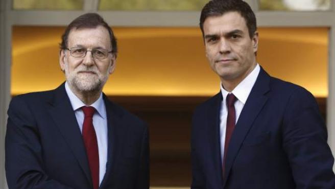 El presidente del Gobierno, Mariano Rajoy, y el líder del PSOE, Pedro Sánchez, se han saludado en el Palacio de La Moncloa.