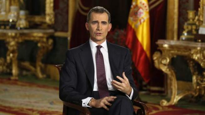 El rey Felipe VI se dirige a los españoles en su segundo mensaje de Navidad, en el que expresa a todos los ciudadanos sus convicciones, deseos y compromisos para el nuevo año. Este año el monarca ha grabado su discurso en el salón del Trono del Palacio Real, en Madrid.