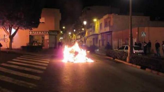 Fuegos incontrolados en el municipio de Roquetas de Mar, en Almería, provocados tras la muerte de un varón de 41 años, originario de Guinea Bissau, apuñalado durante una discusión.